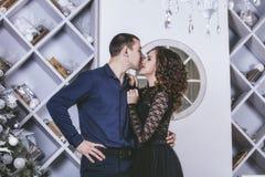 Junte el hombre y a la mujer hermosos y felices en el interior Fotos de archivo libres de regalías