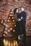 Junte el hombre y a la mujer hermosos y felices y en un interior con Foto de archivo libre de regalías