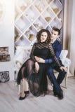 Junte el hombre y a la mujer hermosos y felices y en un moderno festivo Foto de archivo libre de regalías