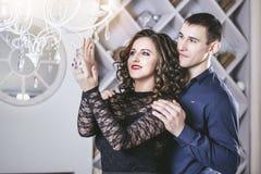 Junte el hombre y a la mujer hermosos y felices y en un moderno festivo Fotos de archivo libres de regalías