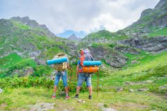 Junte el hombre y a la mujer turísticos del backpacker del twp con la mochila Imagenes de archivo