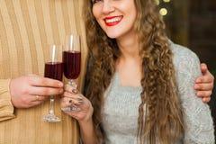Junte el vino de consumición el día del ` s de la tarjeta del día de San Valentín Fotografía de archivo libre de regalías