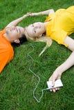 Junte escuchar el jugador MP3 Imagen de archivo libre de regalías