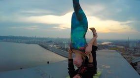 Junte hacer los trucos acrobáticos encima del puente, drogadictos de la adrenalina, afición aventurada metrajes