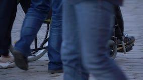 Junte la cámara lenta que camina con la silla de ruedas almacen de video