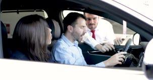 Junte la compra de un nuevo coche en la representación metrajes