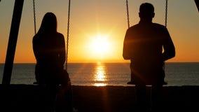 Junte la comtemplación de salida del sol en la playa metrajes