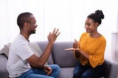 Junte la comunicaci?n con lenguajes de signos imagenes de archivo