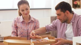 Junte la consumición de la pizza para llevar en casa almacen de metraje de vídeo
