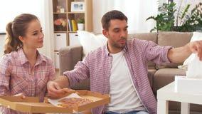 Junte la consumición de la pizza para llevar en casa metrajes
