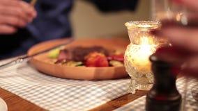 Junte la consumición del filete asado a la parrilla y la consumición del vino en restaurante almacen de metraje de vídeo