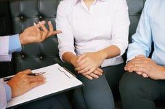 Junte la discusión de problemas con el psiquiatra y la relación Co imágenes de archivo libres de regalías