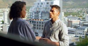 Junte la discusión mientras que comiendo café en el balcón 4k almacen de metraje de vídeo