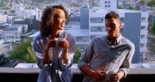 Junte la discusión mientras que comiendo café en el balcón 4k metrajes