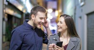Junte la distribución de música en la noche en la calle almacen de metraje de vídeo