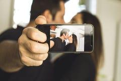 Junte la fabricación de un selfi que se besa y que sonríe Amor y romance entre el hombre y la mujer fotografía de archivo libre de regalías