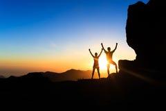 Junte a la gente del trabajo en equipo, inspirando éxito en montañas Fotografía de archivo libre de regalías