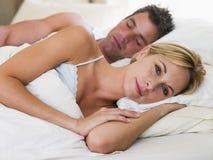 Junte la mentira en cama con dormir del hombre Fotos de archivo libres de regalías