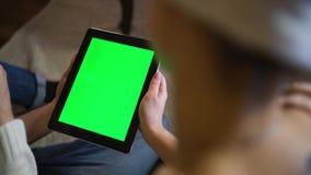 Junte la mirada en el ipad verde de la pantalla el Nochebuena almacen de video