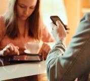 Junte la negligencia ocupado con sus dispositivos móviles Imágenes de archivo libres de regalías
