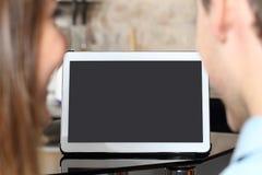 Junte la observación y mostrar de una pantalla en blanco de la tableta Fotografía de archivo libre de regalías