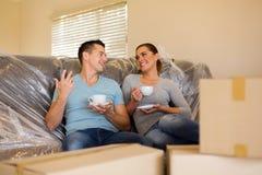 Junte la relajación en el sofá Foto de archivo
