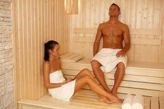 Junte la relajación en sauna foto de archivo