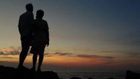 Junte la situación en el afloramiento en una puesta del sol de observación de la tarde ventosa almacen de video