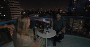 Junte la tarde del gasto en el café del tejado de la noche Tel Aviv almacen de video