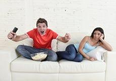 Junte la TV de observación para divertirse fútbol con la celebración emocionada hombre Foto de archivo libre de regalías