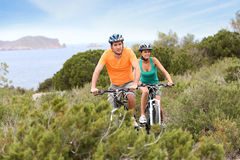 Junte las bicis que visitan y que montan en la isla Imagenes de archivo