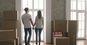Junte las cajas que llevan en nuevo hogar o el nuevo apartamento en día móvil almacen de metraje de vídeo