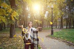 Junte las hojas que lanzan en el aire imagen de archivo libre de regalías