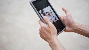 Junte las manos con las fotos de la visión de la PC de la tableta en casa almacen de video