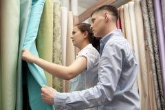 Junte las muestras coloridas de compra de la cortina que cuelgan en tienda fotos de archivo libres de regalías