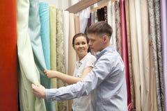 Junte las muestras coloridas de compra de la cortina que cuelgan en tienda imagen de archivo