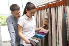 Junte las muestras coloridas de compra de la cortina que cuelgan en tienda foto de archivo libre de regalías
