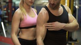 Junte las pesas de gimnasia de elevación juntas en el gimnasio, individuo que muestra manera correcta de hacerla almacen de video