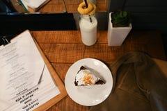 Junte las piezas de la empanada, del menú, de la botella de cristal de leche, de la planta en florero y del pantano d Fotos de archivo libres de regalías