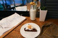 Junte las piezas de la empanada, del menú, de la botella de cristal de leche, de la planta en florero y del pantano d Fotografía de archivo