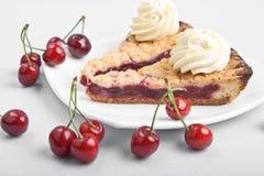 Junte las piezas de la torta cocida al horno dulce con la cereza Fotografía de archivo