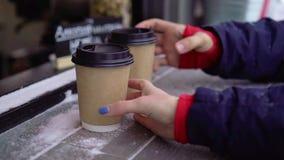 Junte las tazas de compra de té o de café u otras bebidas calientes al aire libre en el invierno almacen de metraje de vídeo
