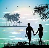 Junte llevar a cabo las manos en la playa que va en el océano Fotografía de archivo libre de regalías