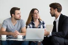 Junte a los arrendatarios de los arrendatarios de los clientes que consultan el abogado o al propietario del agente inmobiliario foto de archivo libre de regalías