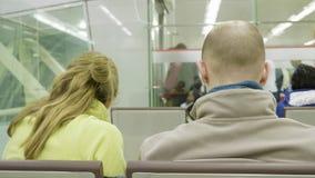 Junte los asientos en los aeropuertos y las esperas el vuelo adentro en el aeropuerto de Sharja metrajes