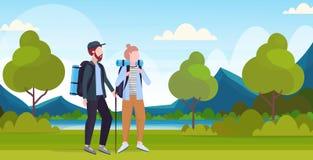 Junte a los caminantes de los turistas con las mochilas y el palillo que emigran caminando a viajeros de la mujer del hombre del  stock de ilustración