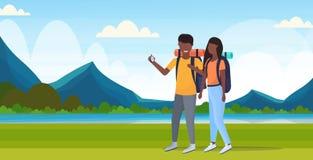 Junte a los caminantes de los turistas que usan el compás que busca la dirección que camina a viajeros afroamericanos de la mujer libre illustration