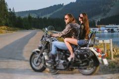 Junte a los jinetes que se sientan junto en la motocicleta por encargo brillante del crucero Imagen de archivo