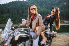 Junte a los jinetes que se sientan junto en la motocicleta por encargo brillante del crucero Imagen de archivo libre de regalías