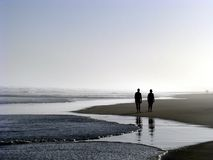 Junte recorrer en la playa Fotos de archivo libres de regalías